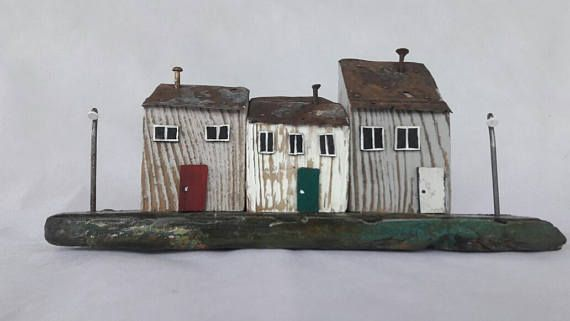 Uno de los tres tipos gris miniaturas de la casa, con techos de - tipos de chimeneas