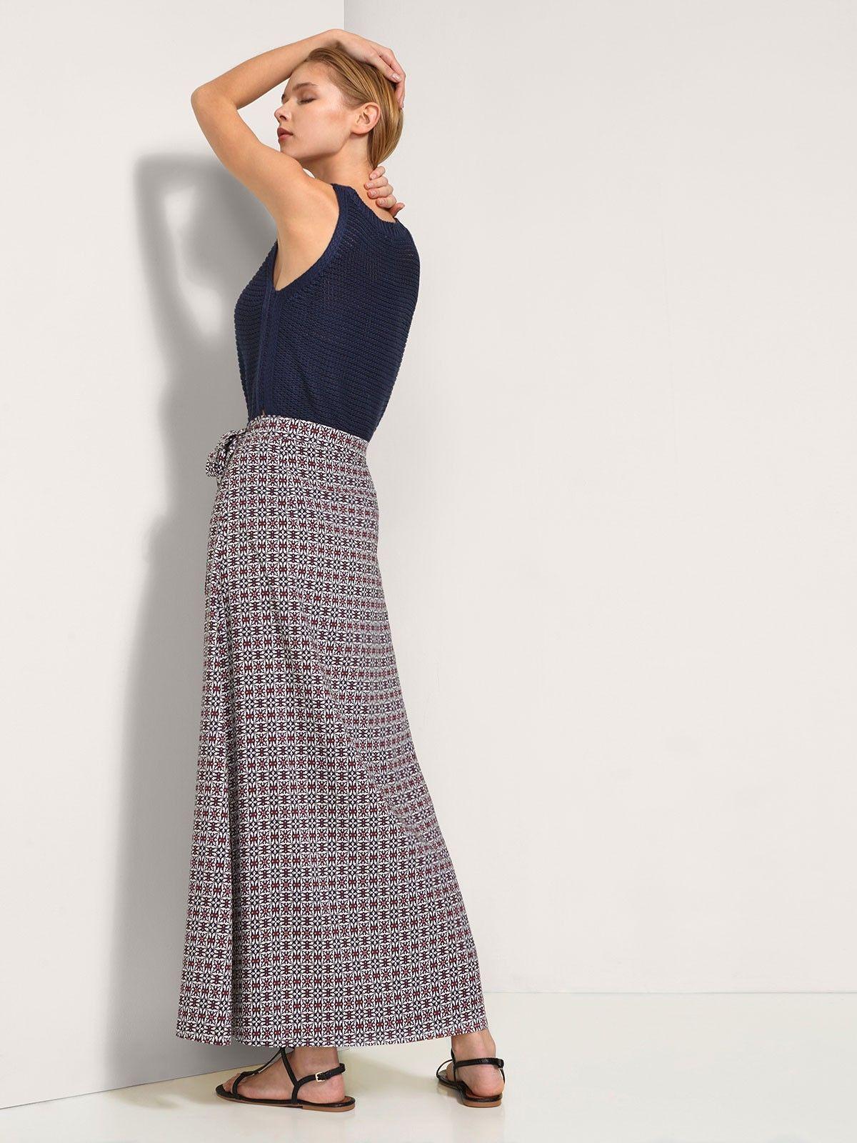 Falda cruzada con lazo en cintura ajustable y corte lateral. Es femenina, elegante y práctica, te la podrás poner con tops o camisetas lisas. Dále tu propio estilo.