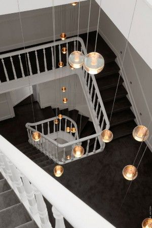 Bolletjes licht in de trappengang. Fantastische verlichting in het trappenhuis van dit gerenoveerde huis in Brussel. Overigens is het huis tegenwoordig als hotel in gebruik, dus wil je dit in het echt zien, dan kan dat! Tenbosch House