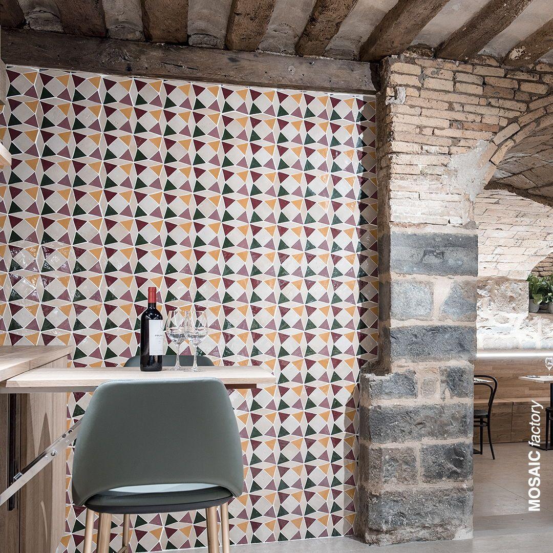 Restaurant Wand Mit Bunten Zellige Mosaic Fliesen In Gelben Grunen Rosa Ton We Azulejos Marroquies Azulejos Geometricos Diseno De Interiores Del Restaurante