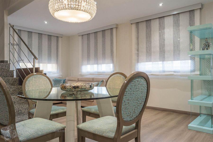 Salón comedor moderno elegante con estores en las ventanas ...