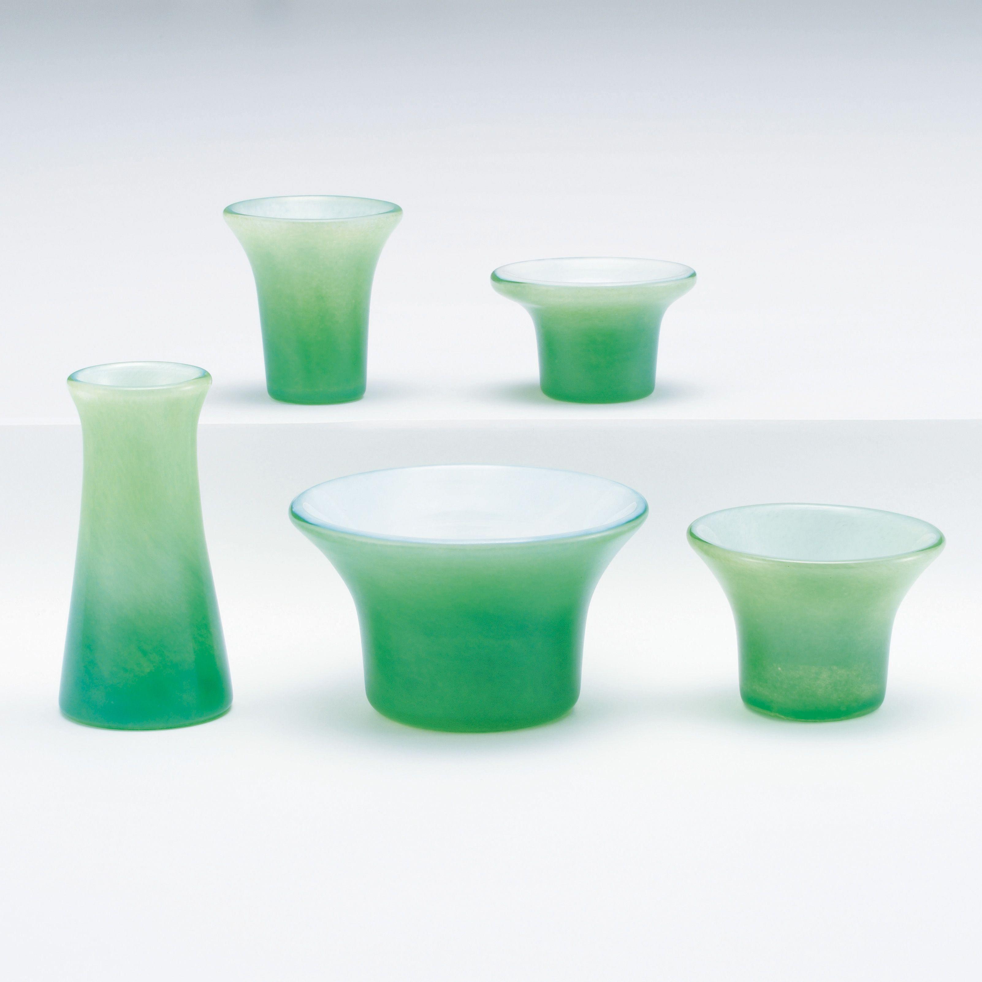 モダンな仏壇を引き立てるガラス製の仏具です 内側の白いガラスがぼんやり透けて グラデーションを作っています おしゃれ ガラス グリーン 現代仏壇 現代 仏壇 仏壇 仏具