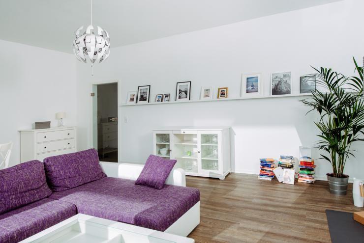 Modernes Wohnzimmer mit lila Couch und Bilderboard. #Wohnzimmer ...