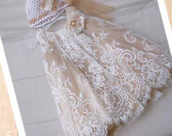 c92ac21ec Maravillosamente hecho a mano este vestido de bautizo se hace con tela de  encaje hermoso de Grecia junto con capas de tul y tela de arpillera.