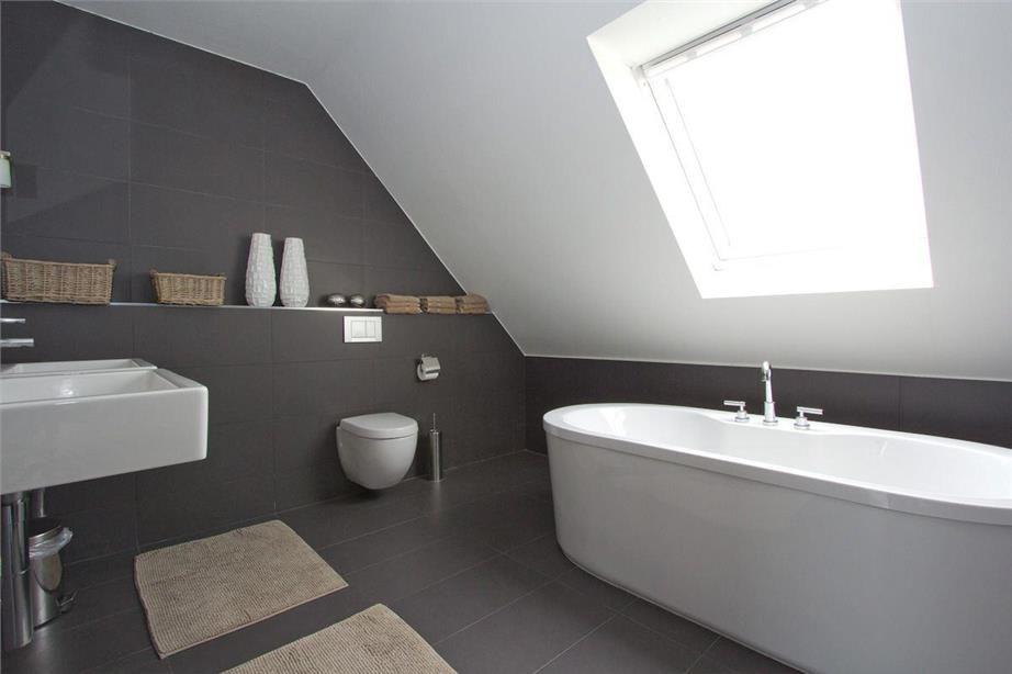 Badkamer onder schuin dak | Badkamer interieur | Pinterest ...