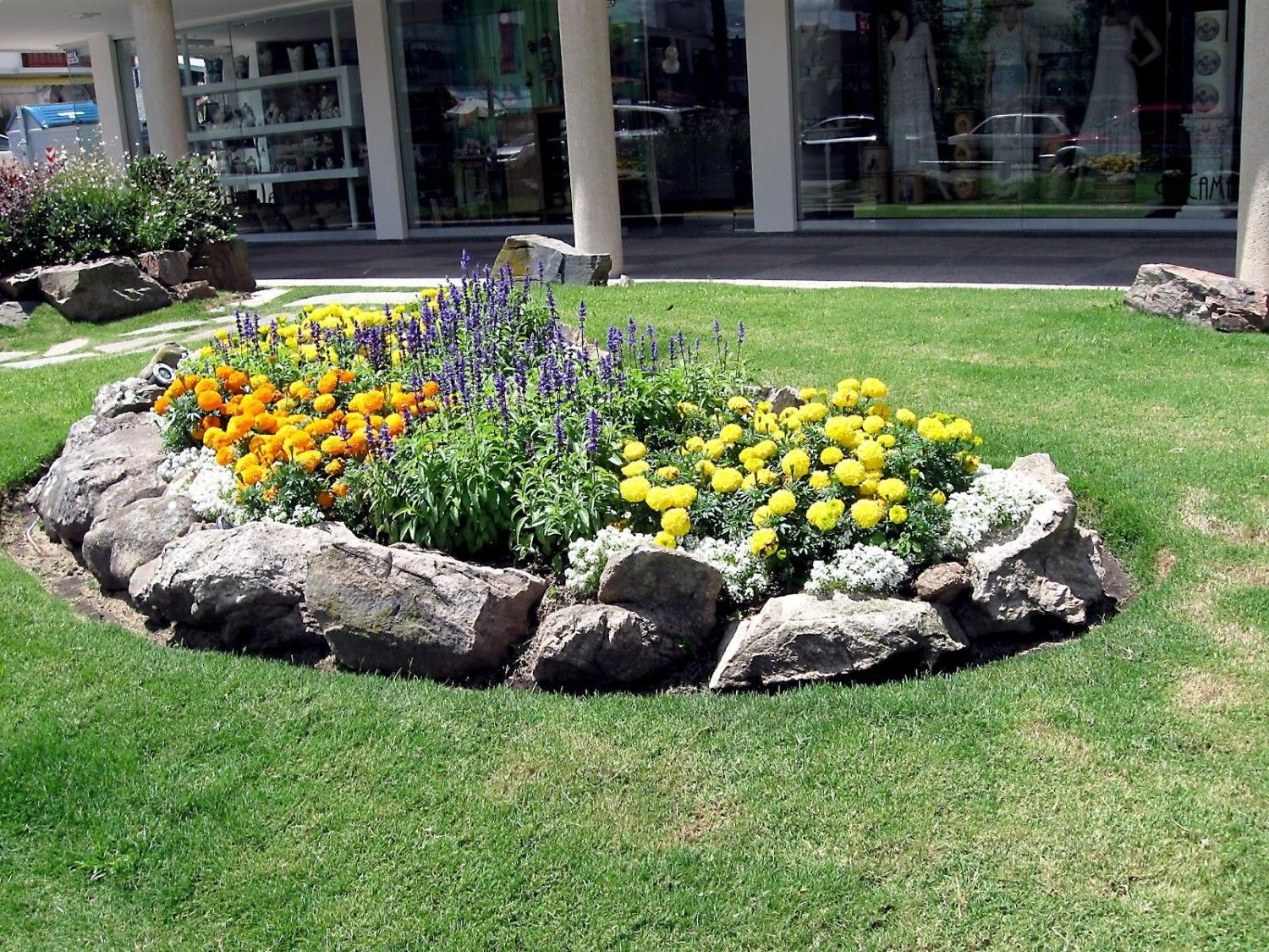 Ordinaire Small Flower Bed Garden Ideas With Natural Rocks