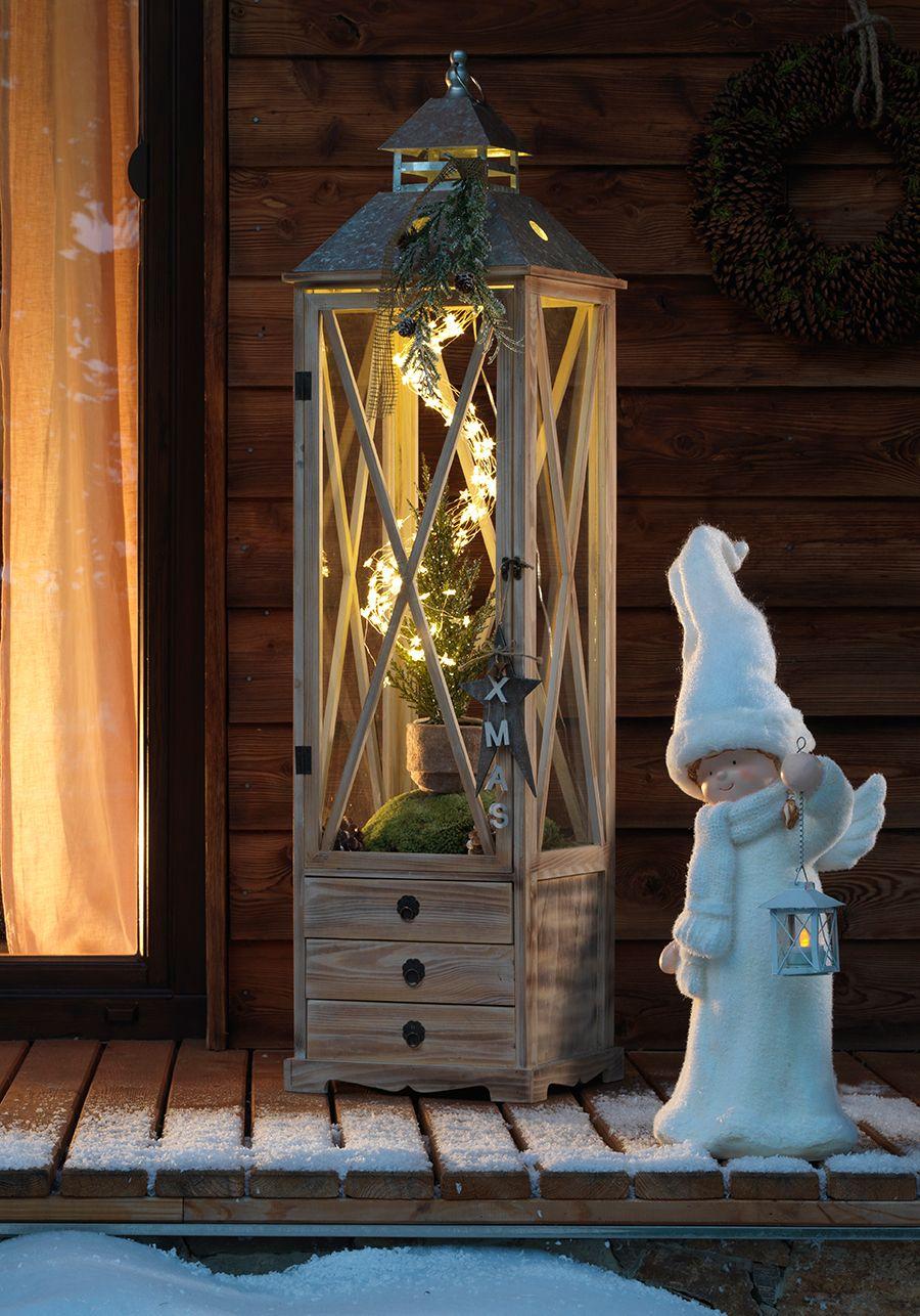 Eine klassische, große Holzlaterne mit warmem LED Licht macht ...