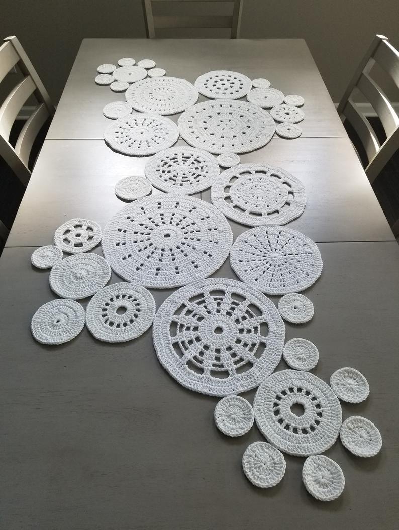 Étude en cercles motif de chemin de table au crochet   – Horgolás