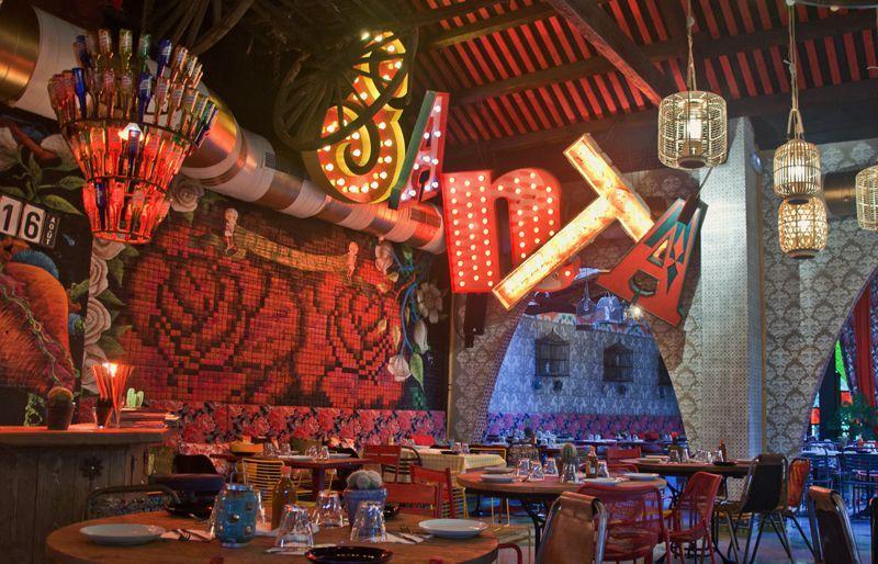 Letras gigantes l mparas con bombillas para restaurante mexicano la santa grupo reini - Lamparas bombilla gigante ...