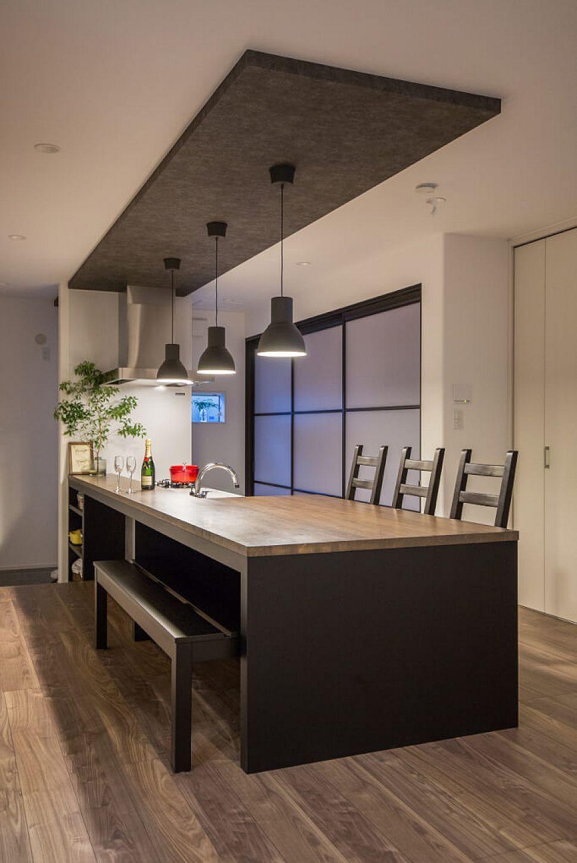 キッチンと一体型のダイニングテーブルは 家族との団らんをより一層