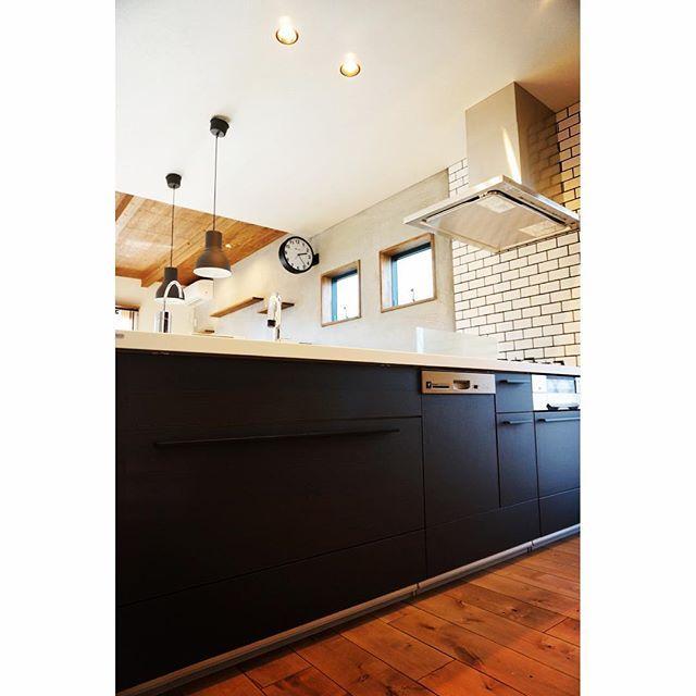 ついに 我が家 が完成しました 引っ越しの片付けにおわれて死にかけてます これから全貌をどんどんアップしていきますよ キッチンは リクシル の アレスタ の レリーフウッド という黒に近い木目調のカラーだよ ん マイホーム完成 マイホー アレスタ