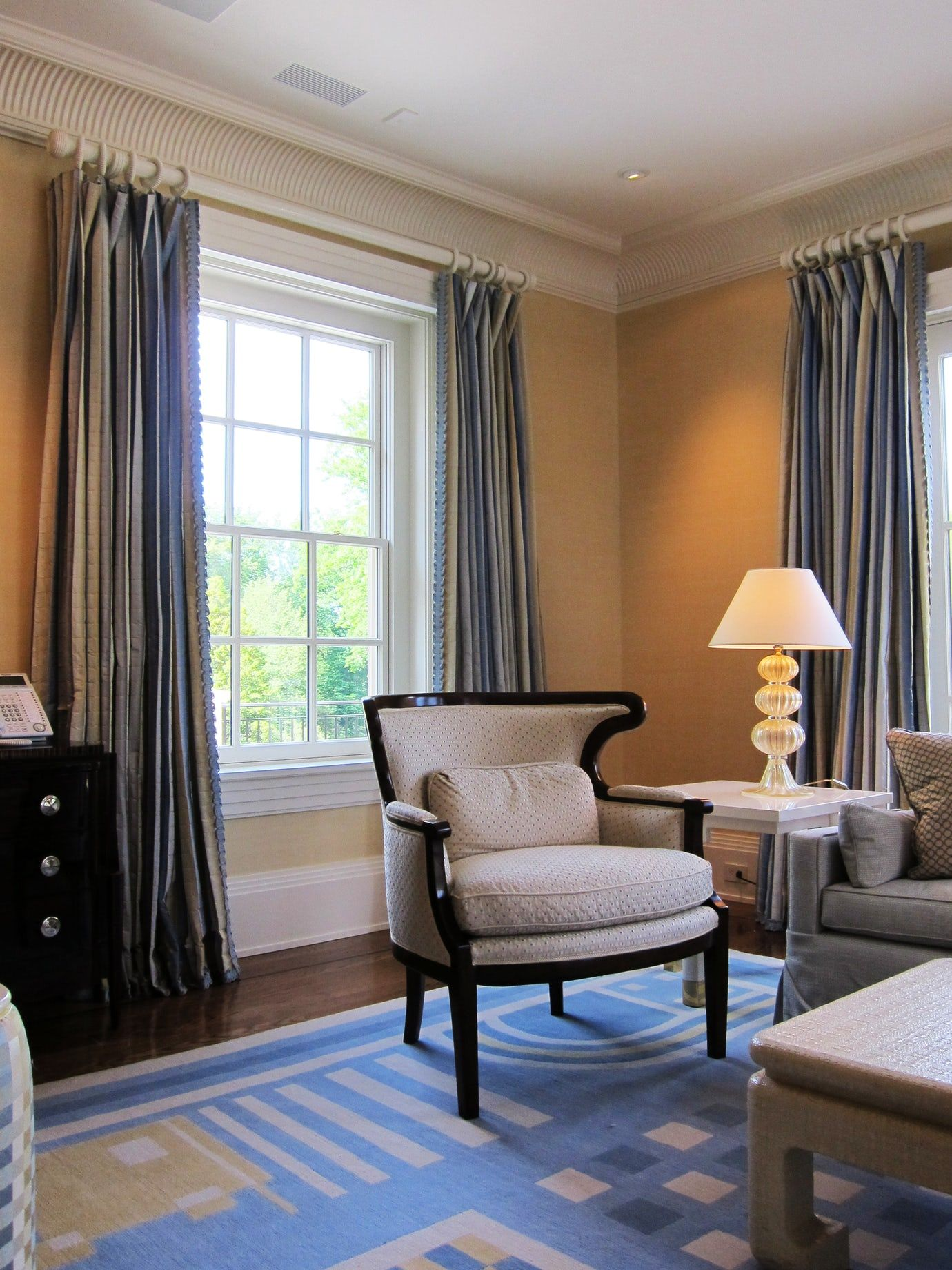 A quaint sitting room in this Pennsylvania home gets custom drapes ...