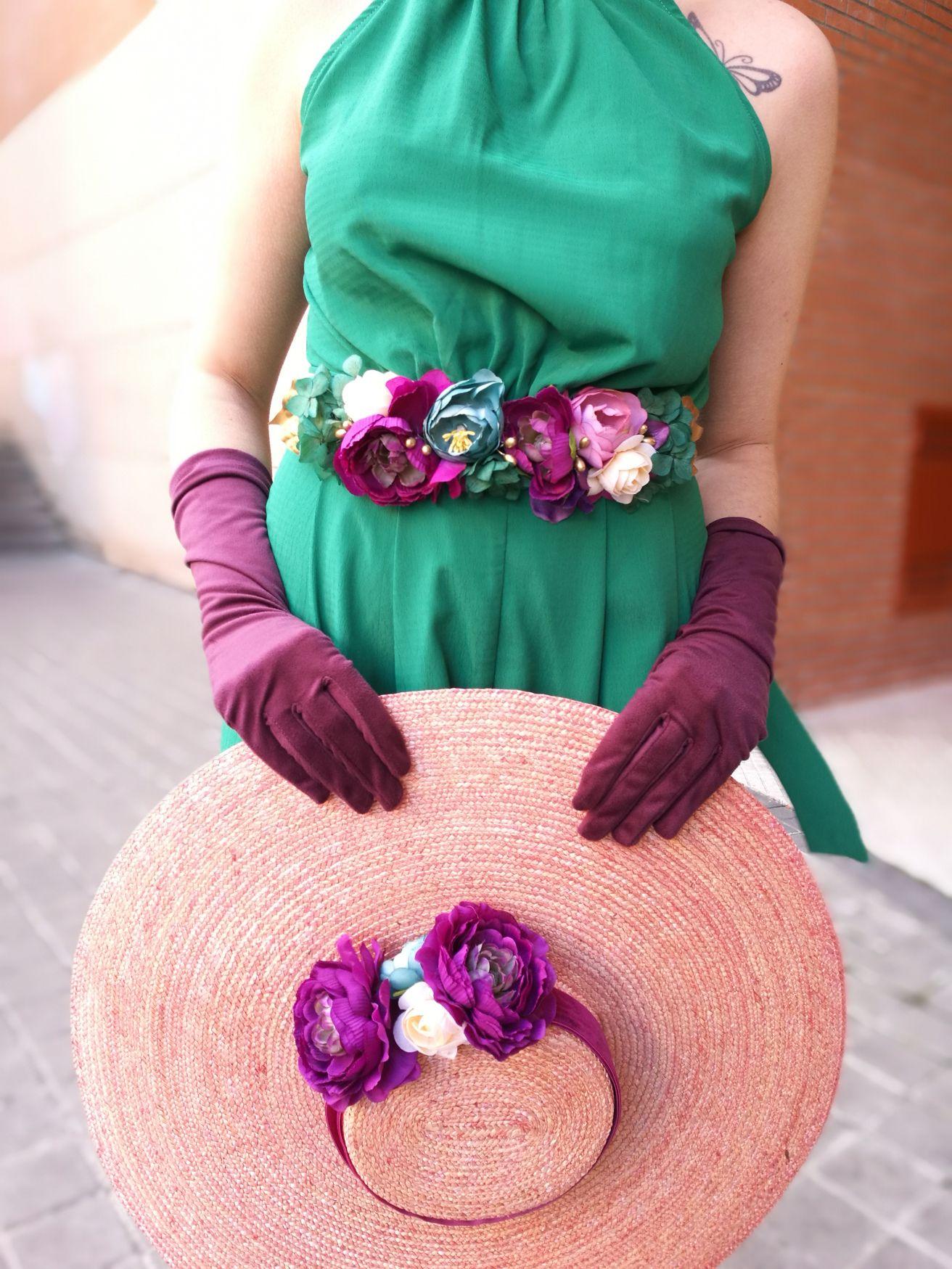 Invitada Perfecta con mono verde y pamela y cinturón de flores de ...