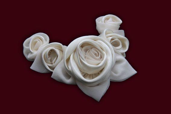 Tocado de novia en satén crudo para las rosas Dior y hojas de organza de seda. Recojido bajo.