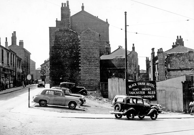 Snig Hill At Junction With Bank Street Left After The Demolition Of The Black Swan Hotel My Sheffield In 2019 Sheffield Pubs Sheffield South Yorkshire