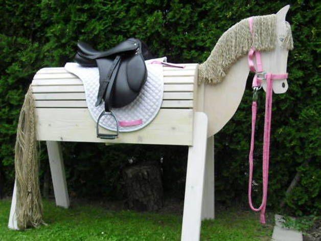 Die Holzpferde und Ponys werden vom Fachmann-Tischler in liebevoller Handarbeit aus Nordischem Weißholz, ein sehr stabiles, hartes und langlebiges Holz gefertigt. Für den Kopf nehmen wir eine...