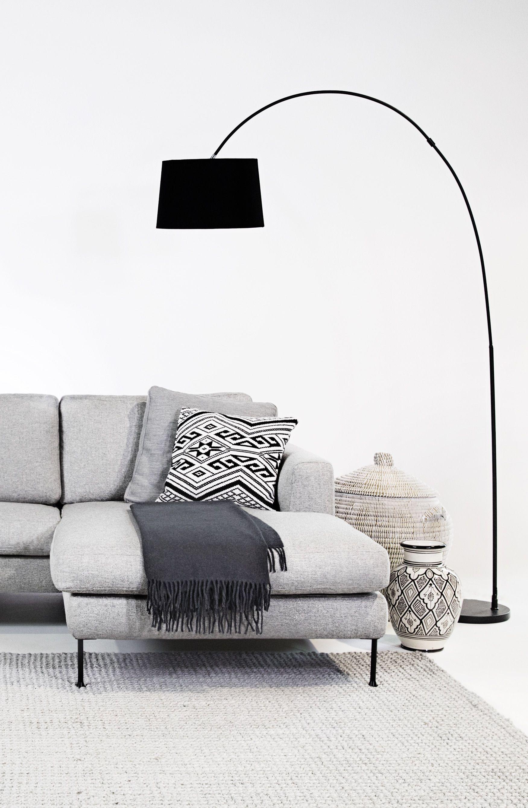 Das graue Ecksofa verkörpert den modernen, trendbewussten Lifestyle ...