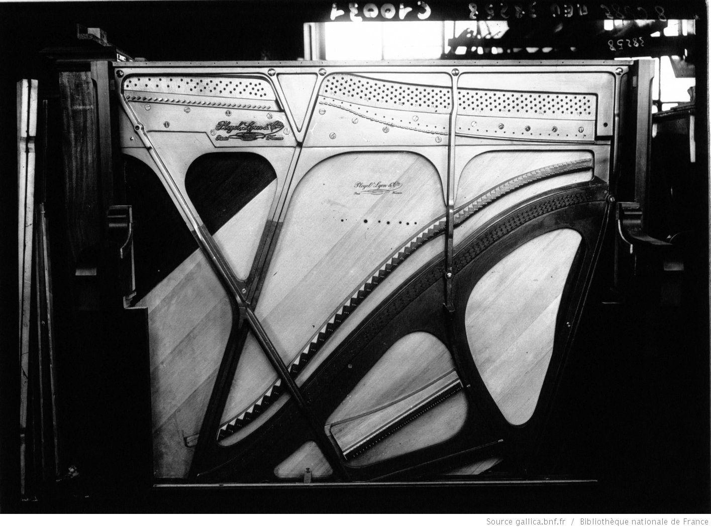 Fabrication d\'un piano chez Pleyel : [photographie de presse ...