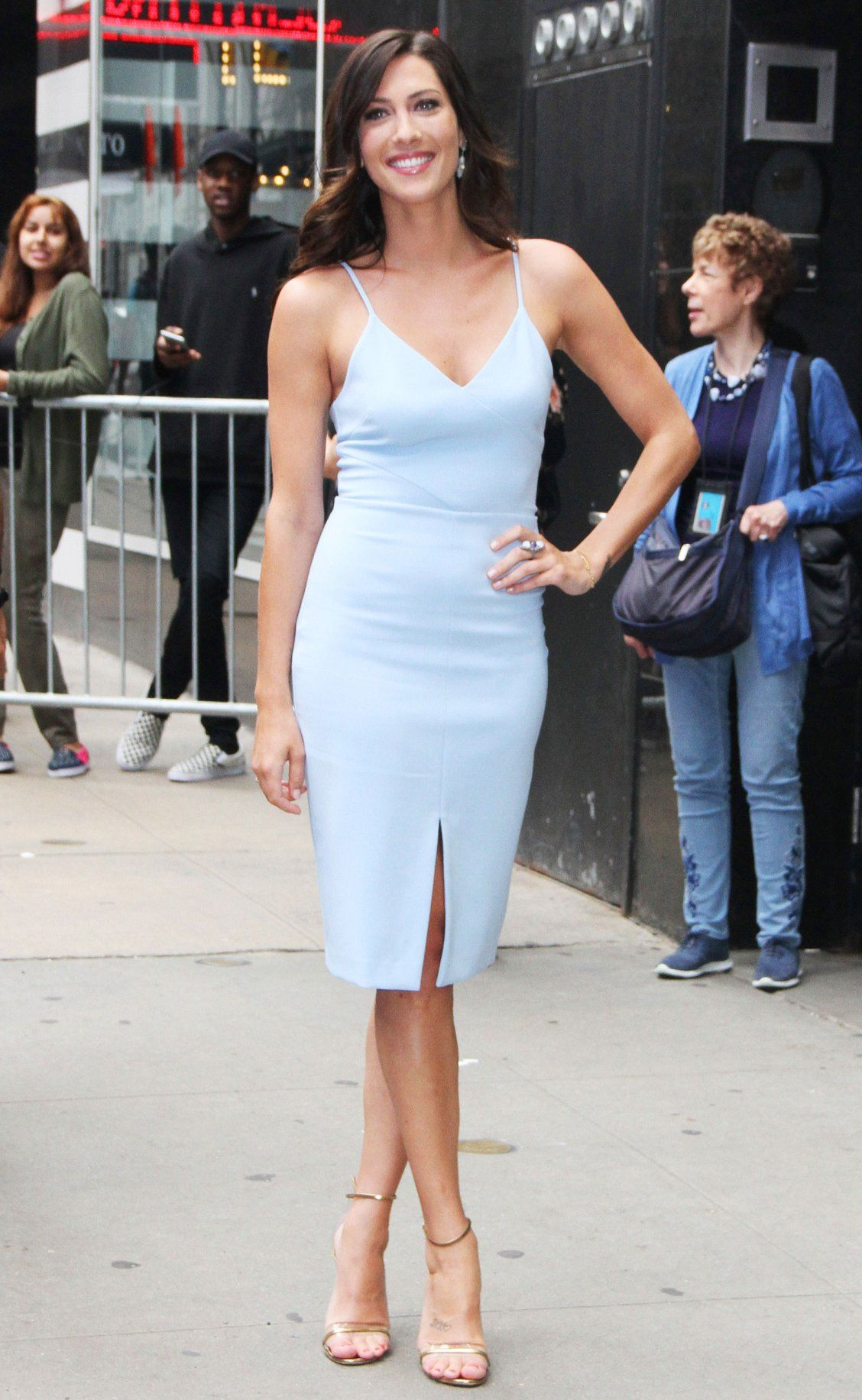 3b7614fa09a3 Blue mini dress - click through for more date outfit ideas from The Bachelorette  Becca Kufrin!