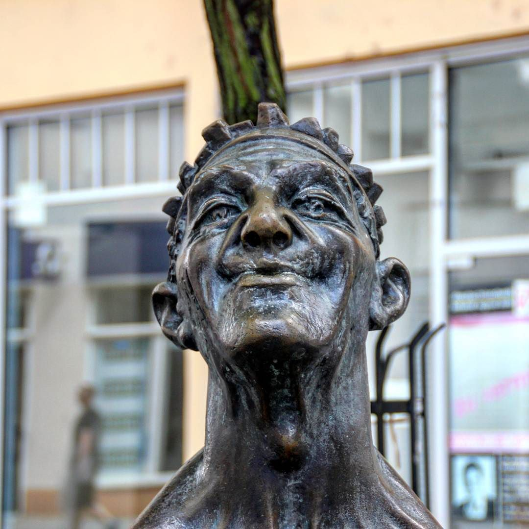 Grinsender Typ in #halle #figur #statue #kunstwerk #kunstimöffentlichenraum unterwegs mit @zo_ron