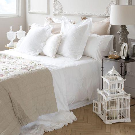 kunstvoll bestickte bettw sche ist so rein kostbar und herrlich nostalgisch eine tagesdecke. Black Bedroom Furniture Sets. Home Design Ideas