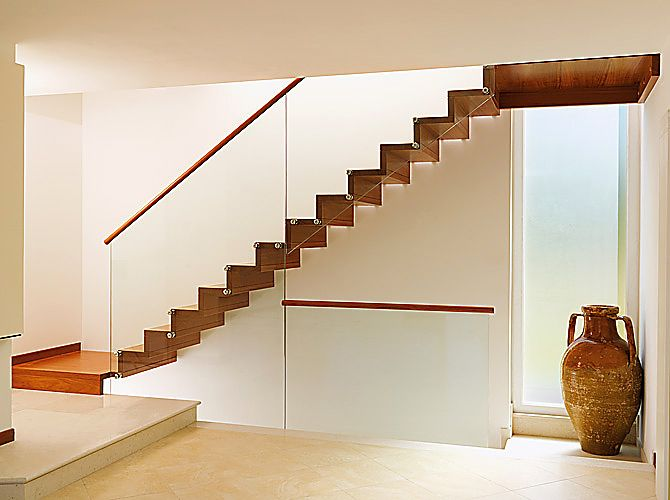 Sus escalera en madera convinelas con barandillas de - Escaleras de cristal y madera ...