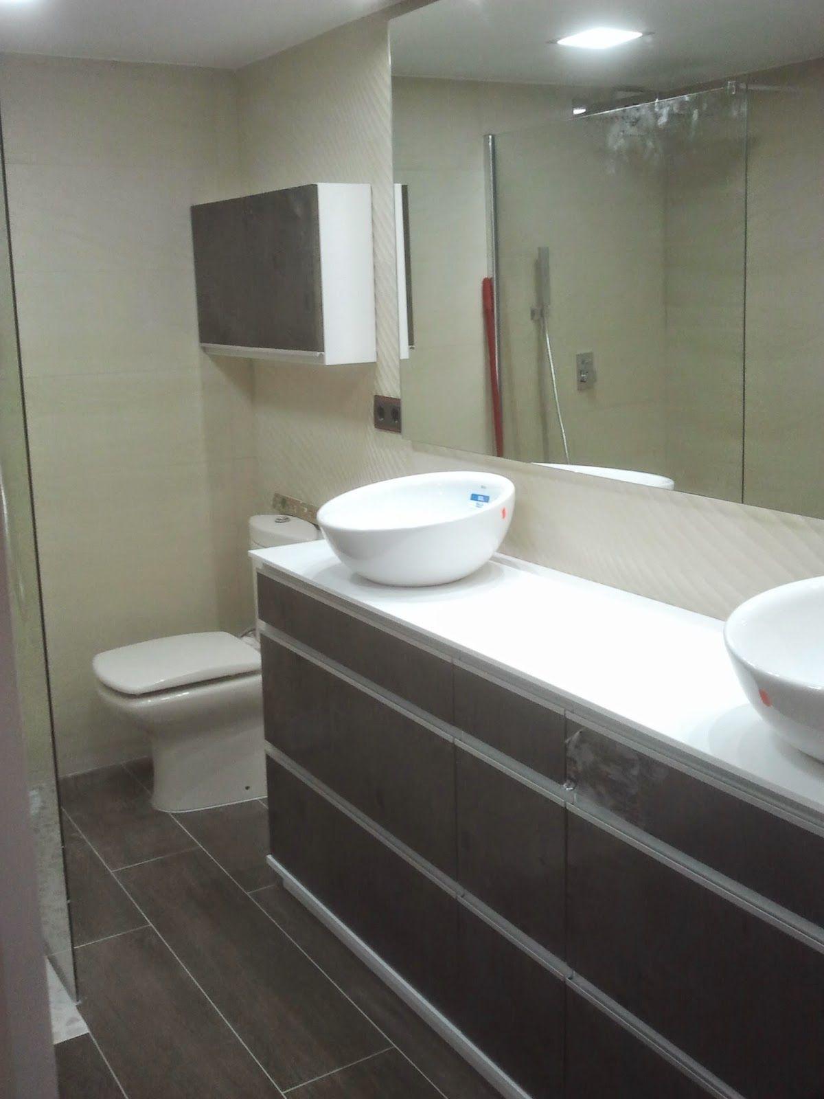 Instalamos en casa de un cliente mueble de ba o color wengue con gavetas y tapa de encimera en - Espejos para lavabos ...