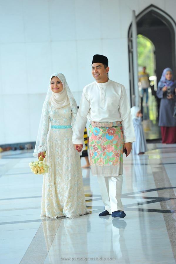 I love Malaysian Muslim wedding ceremonies! | dress | Pinterest ...
