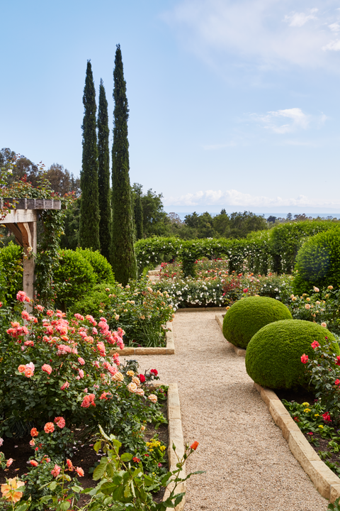 20 Captivating Designer Gardens You'll Swear Are Enchanted is part of Rose garden design, Gorgeous gardens, Beautiful gardens, Amazing gardens, Urban garden, Garden design - Go ahead and explore these lush labyrinths