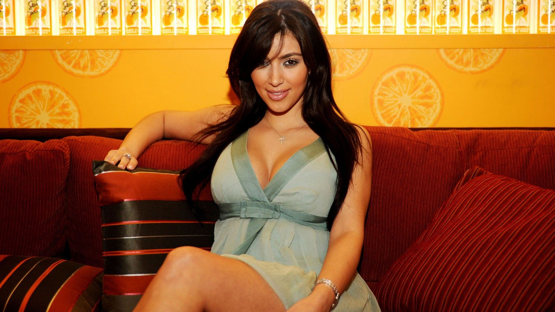 Kim Kardashian 2013 Background HD Wallpaper