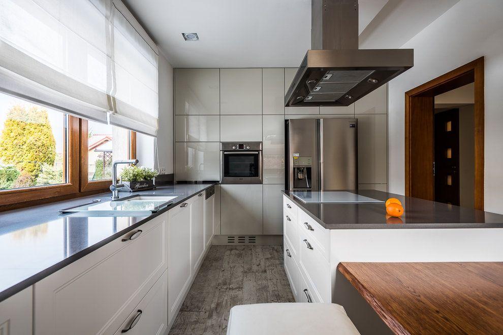 Wnetrza Nowoczesna Kuchnia Dwukolorowa Przedstawiamy Kolejna Realizacje Tym Razem Nowoczesna Kuchnia W Wydaniu Nowocze Kitchen Cabinets Kitchen Home Decor