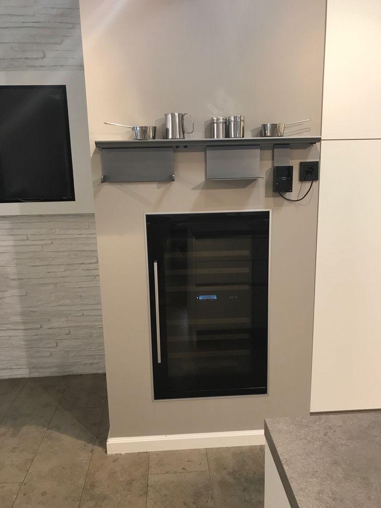 Weinkühlschrank integriert in einer Trockenbauwand. Küche und Design ...