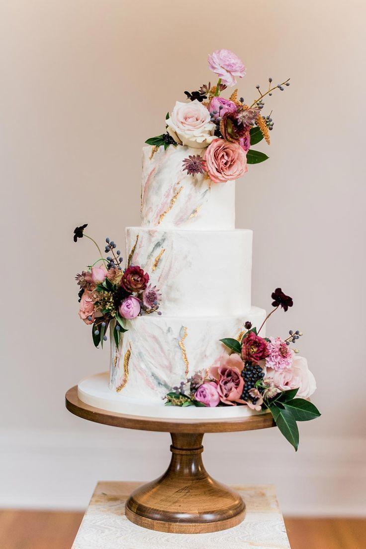 Moderne Femme Hochzeitsinspiration in einem historischen Anwesen   – Wedding cakes