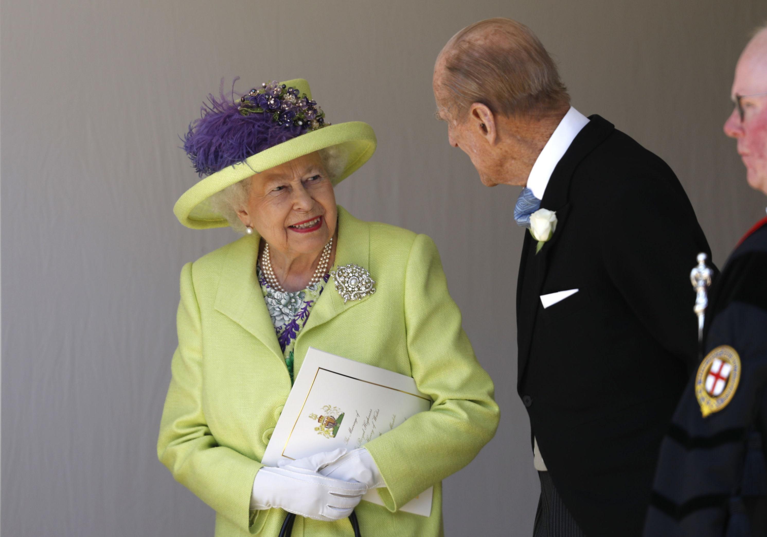 Mariage du prince Harry et Meghan Markle  la reine Élizabeth II très  élégante pour le