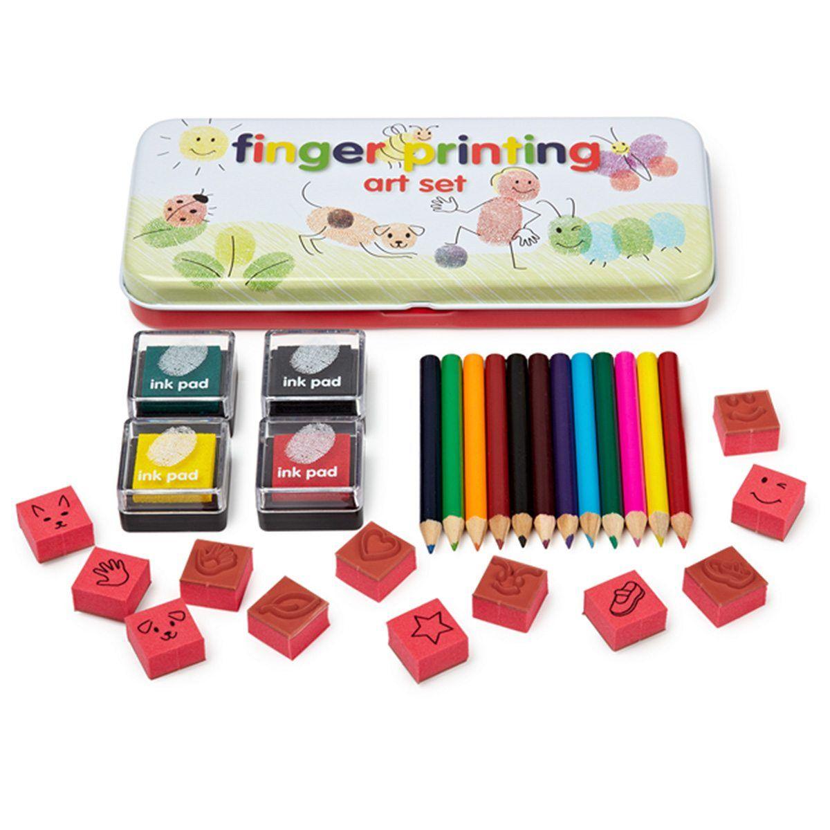 Mit den Fingern in Farbe spielen, ja, das bereitet Freude! Den einen Zeigefinger auf das gelbe Stempelkissen gedrückt, den anderen auf das blaue Kissen und dann die Finger direkt auf das Papier pressen. Jetzt noch ein paar Striche mit den bunten Stiften hinzufügen und schon nimmt das kleine Kunstwerk Form an. Eine wirklich tolle Möglichkeit, um die Kreativität von Jungen und Mädchen zu fördern. Das Fingerstempel-Set eignet sich bestens als Geschenk zur Einschulung oder zum Geburtstag. Oder einfa