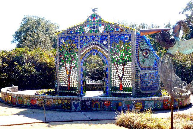 Minnie Evans, artista folk afro-americano,è stato il portinaio di storici Giardini di Wilmington Airlie 1949-1974, ed è considerato uno dei più importanti artisti visionari americani. Gli introiti…