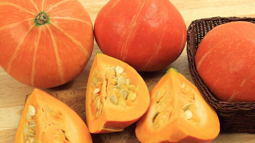 Hokkaidokurpitsan sisus on täynnä syötäviä siemeniä. Copyright…