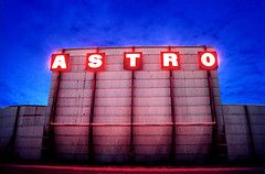 Astro Drive In Movie Theater Opened In Dallas In 1968 Becoming The World S First Fully Automated Drive In Known Fo Googie Architecture Googie Drive In Theater