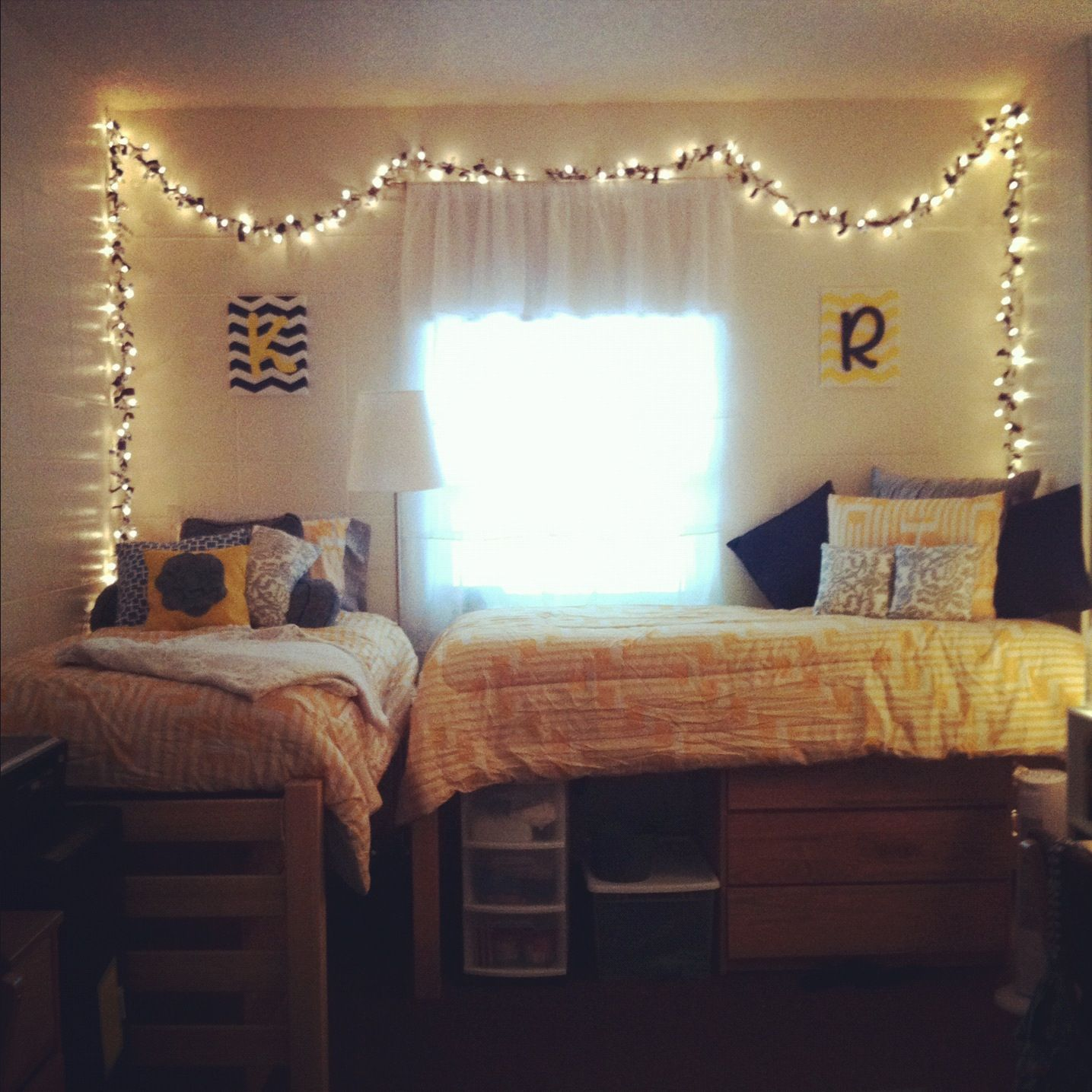 White Christmas Lights Around The Edges Of The Walls Would Look - Christmas lights on bedroom wall