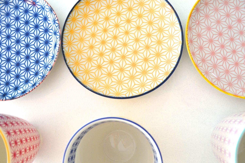 Agréable Vaisselle Porcelaine Moderne #7: Assiette Japonaise Rose En Porcelaine Au Design Graphique Asiatique.  Vaisselle Japonaise Colorée Pour Une Décoration Chic Et éclatante