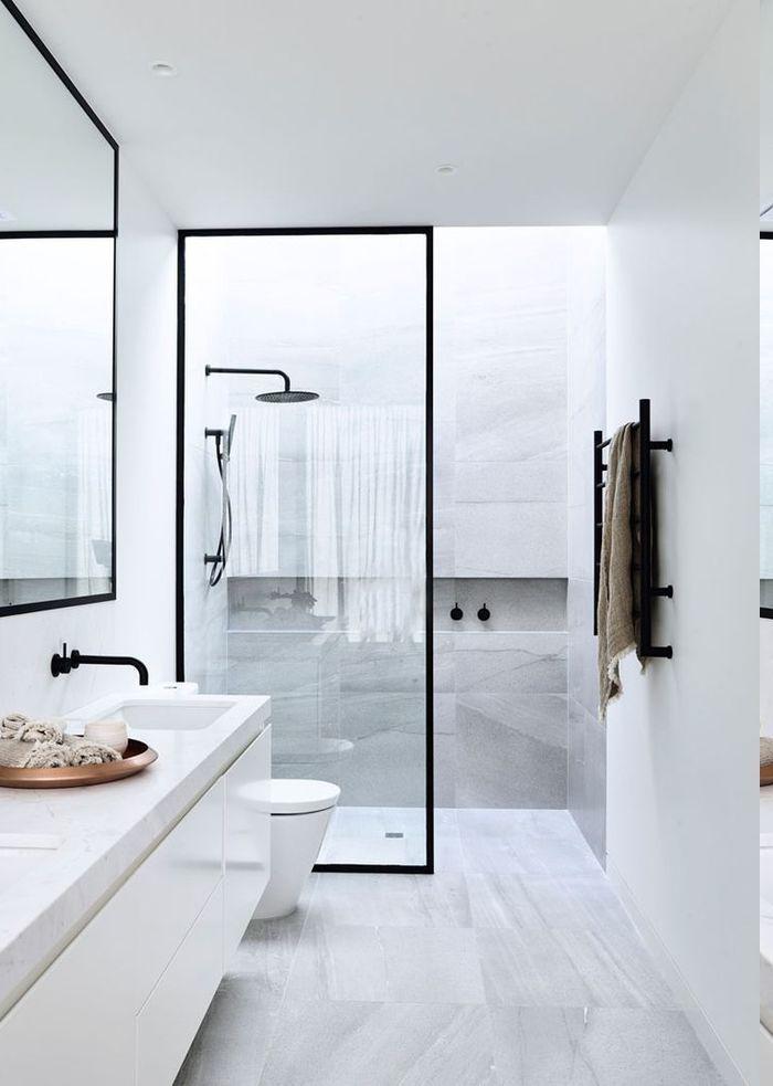 Trennwand Aus Glas Mit Schwarzem Rahmen Duschkabine Mit Wandnische Tuchstander An Der Wand Gro0er Badezimmer Design Badezimmer Inspiration Kleine Badezimmer