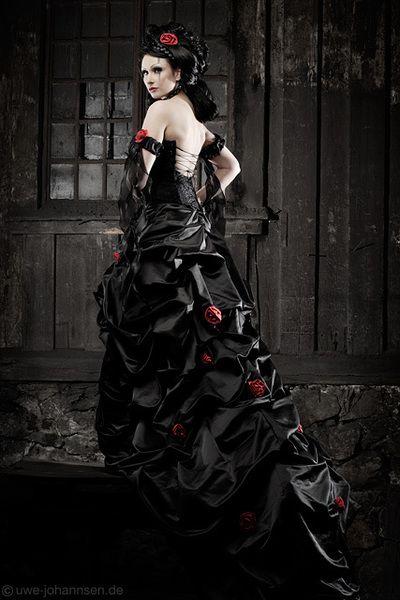 Extravagantes Brautkleid In Schwarz Rot Kleid Hochzeit Schwarzes Kleid Zur Hochzeit Schwarze Hochzeit