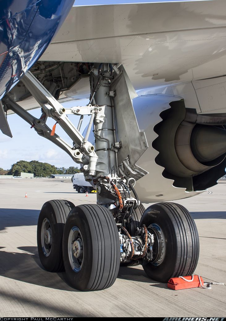 Closeup view of the main landing gear of Boeing 787-8