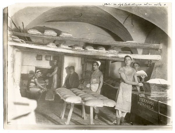 po-3914-tarnow-1902-portrait-in-ms-mandlas-bakery-in-polish-an-old-jewish-bakery-in-yiddish-workers-at-the-flour-sifter-oven-loaves-of-bread