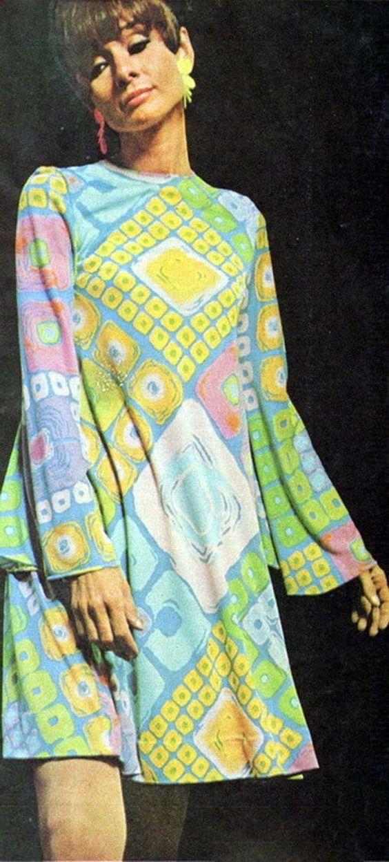 Photo of Audrey Hepburn ikledd en kjole designet av Ken Scott fra en tilpasset jersey silke p …
