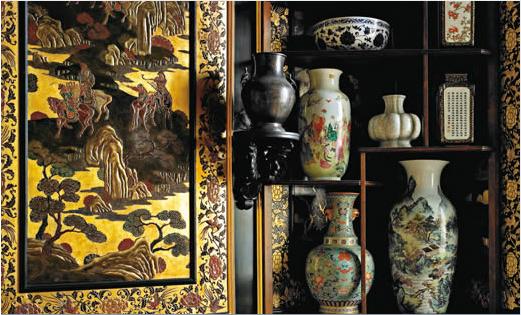 Aussi célèbres que précieux, les salons et le musée Chinois aménagés sur ordre d'Eugénie en 1863 possèdent des collections extrême-orientales rassemblées par l'Impératrice. Celles-ci proviennent à la fois du garde-meuble impérial (notamment de saisies révolutionnaires), d'acquisitions effectuées par Napoléon III et Eugénie, du sac du Palais d'Été de Pékin par le corps expéditionnaire franco-britannique en 1860, auxquels s'ajoutent les cadeaux diplomatiques de l'ambassade de Siam, reçue à…