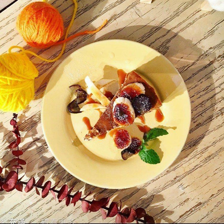 -⠀ 充滿憂愁的星期一 快來吃金派甜點 讓我們幫你消除~~~ . ~~~~今日甜點~~~~ 🔸黑糖芋泥千層 🔸香蕉重乳酪 🔸香蕉海鹽巧克力戚風 🔸大人味提拉米蘇 🔸香蕉巧克力磅蛋糕 🔸抹茶巧克力塔 🔸夏日芒果焦糖烤布蕾 🔸抹茶芋泥捲 . 🏠空白服飾&金派甜點🍮🍰 基隆市愛三路75號2&3樓 ☎️02-2428-2479 🈺️[ㄧ~四 ]14:00~22:30/ [ 五~日]12:00~22:30 . #keelung #cake #vintage #oldthing #handmade