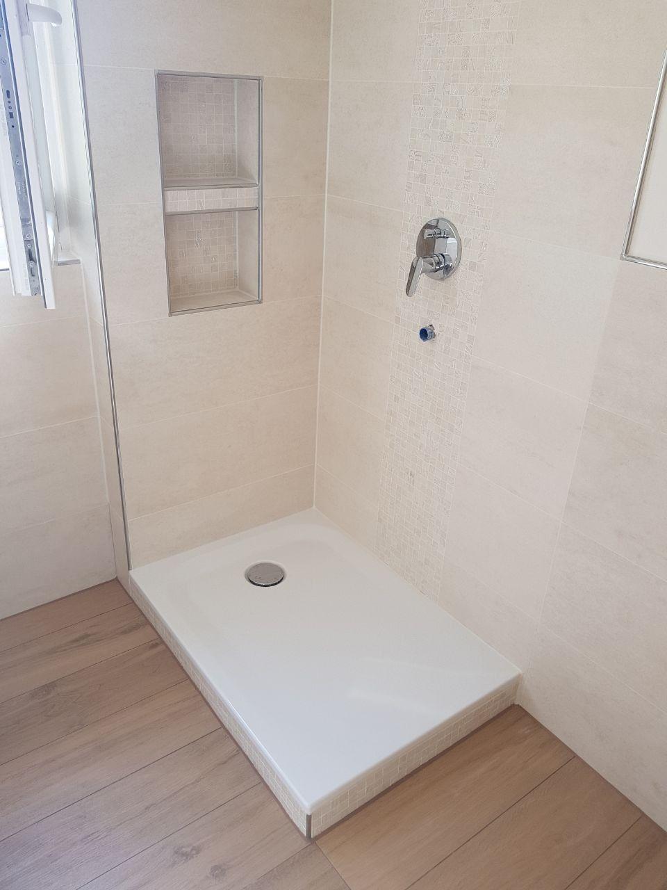 Badezimmer Gestaltung Mit Holzoptik Bodenfliesen Mosaik Und Ornamentoptik Fliesen Sowie Einbau Einer Badezimmer Badezimmer Fliesen Badezimmer Nischen