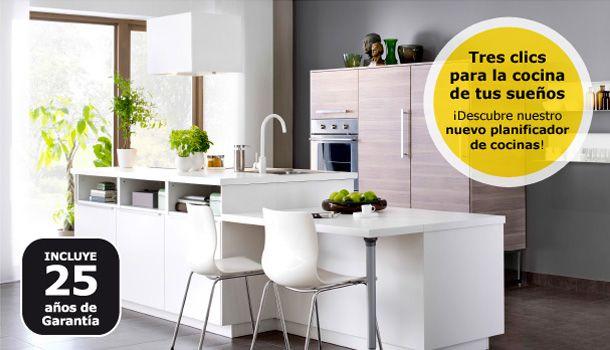 Una cocina blanca IKEA iluminada con una isla en blanco y armarios ...