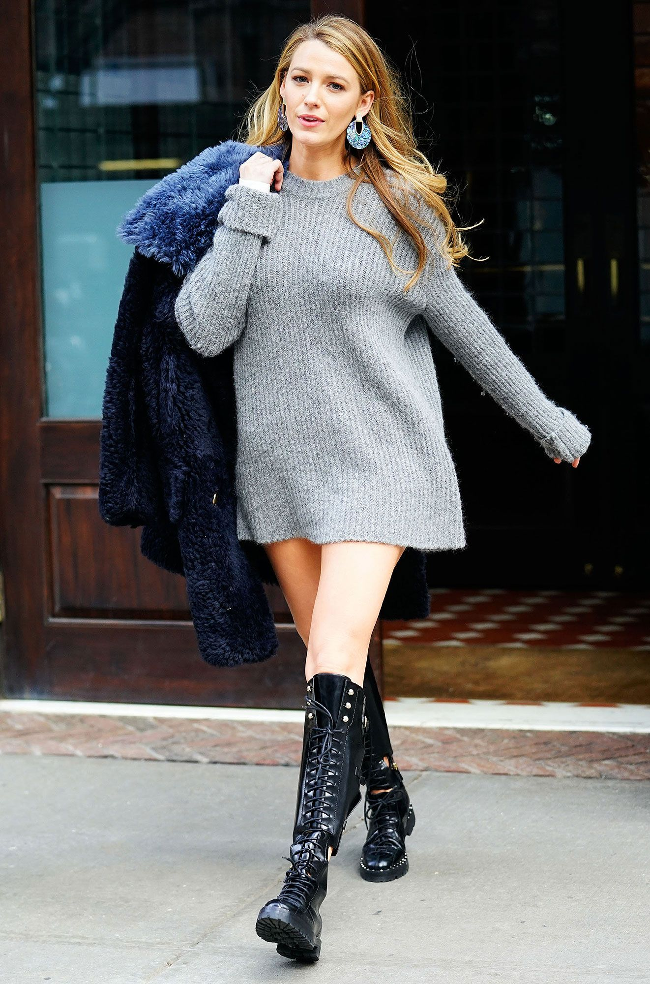 b320566e1c8 Blake Lively s Daughter Reacts to Her Mom s  Pregnancy  Sweater Dress   You  Forgot Your Pants!